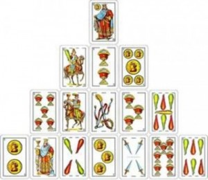 Tirada de la pirámide con arcanos menores en el tarot