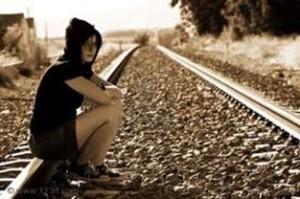 chica deprimida en vías de tren